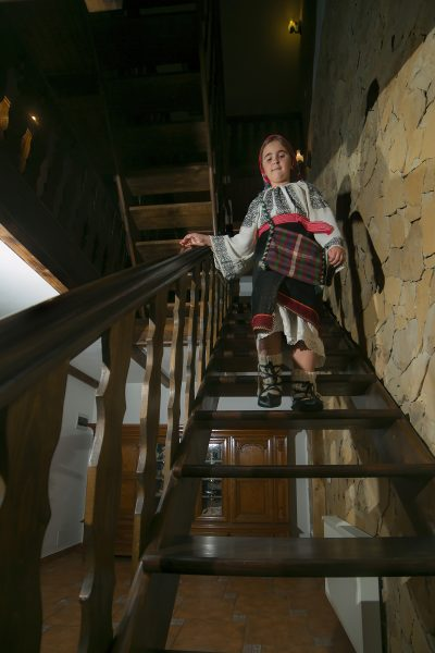 Fata imbracata traditional la Casa Verde Voronet