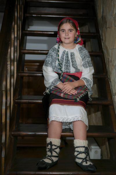 Fetita imbracata traditional